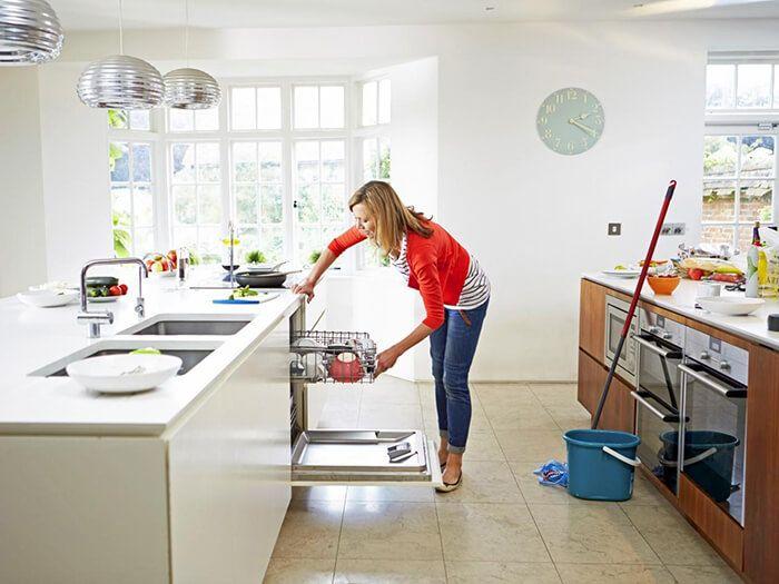 Tổng hợp các mẹo bảo quản và vệ sinh kính ốp tủ bếp luôn trắng sáng như mới